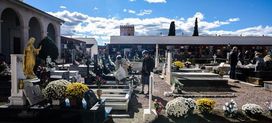 Los cementerios se convierten en visita obligada del día