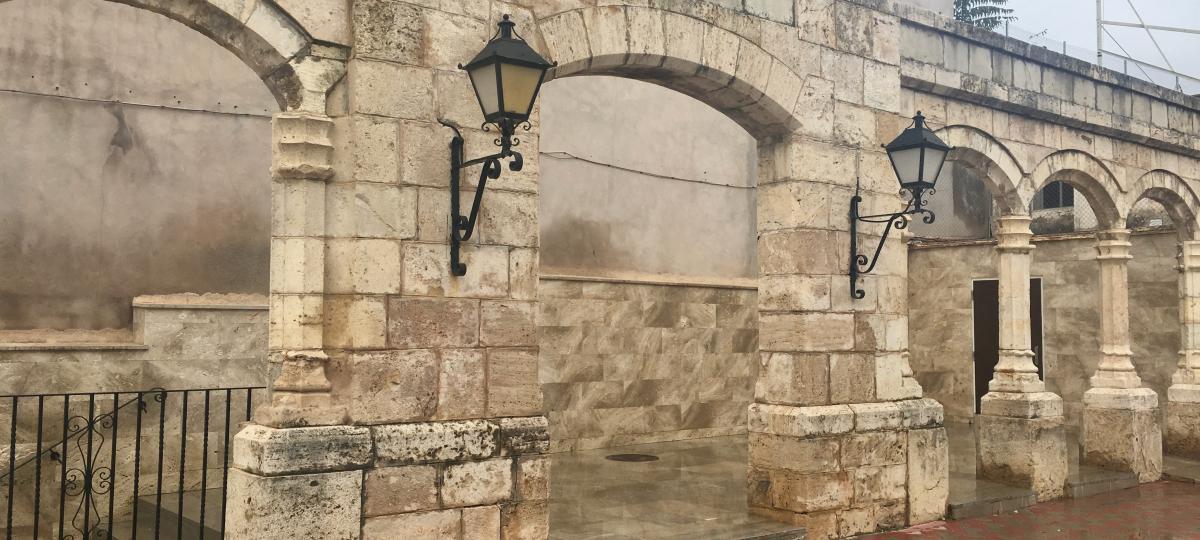 Segorbe limpia las pintadas de los arcos del jardín Botánico