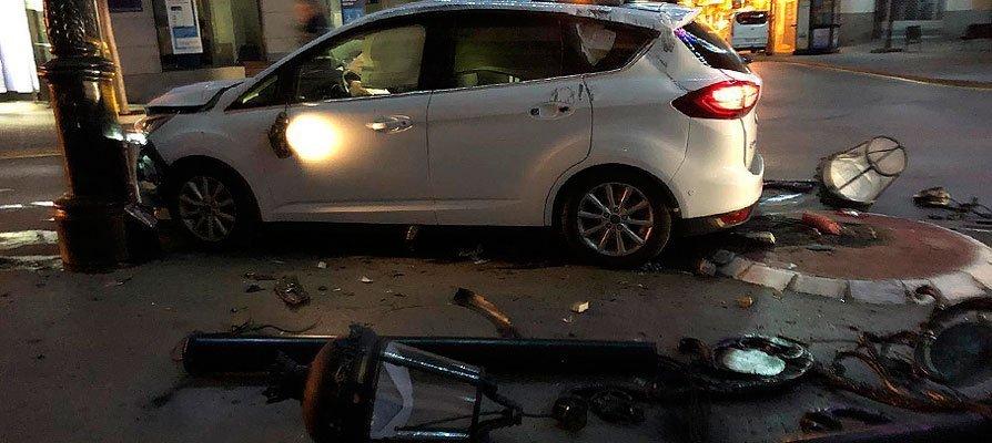 Un coche choca y arranca la farola de una rotonda en Segorbe