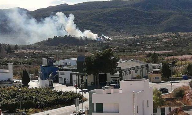 El viento dificulta la extinción de un incendio en Altura