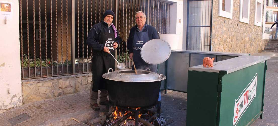 Hogueras, olla, embutido y toros para San Antón en la comarca