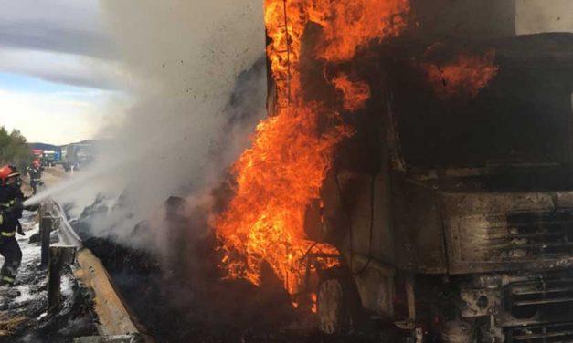 El tráfico de la A-23 es cortado debido al incendio de un camión