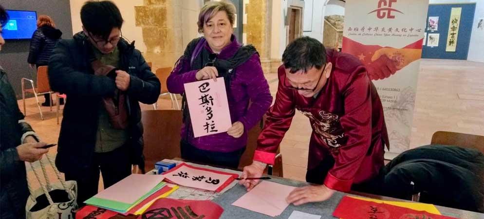 Los vecinos de Jérica aprenden a escribir su nombre en chino