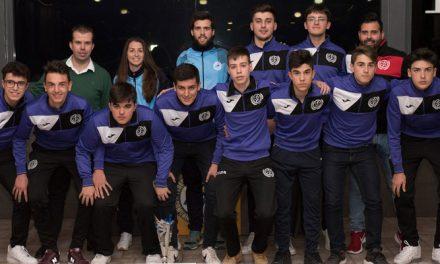 Jugadores del CDFS recogen los trofeos de Campeón de la pasada temporada