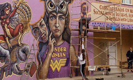 Toni Espinar crea un gran mural sobre la igualdad en el IES Cueva Santa