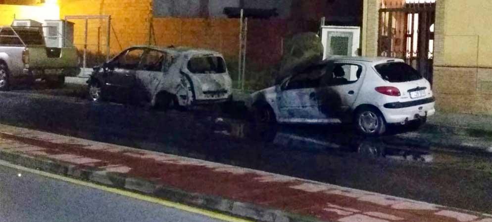 Arden dos coches estacionados en Altura