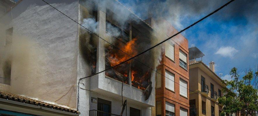 Un incendio calcina un piso en el casco antiguo de Segorbe