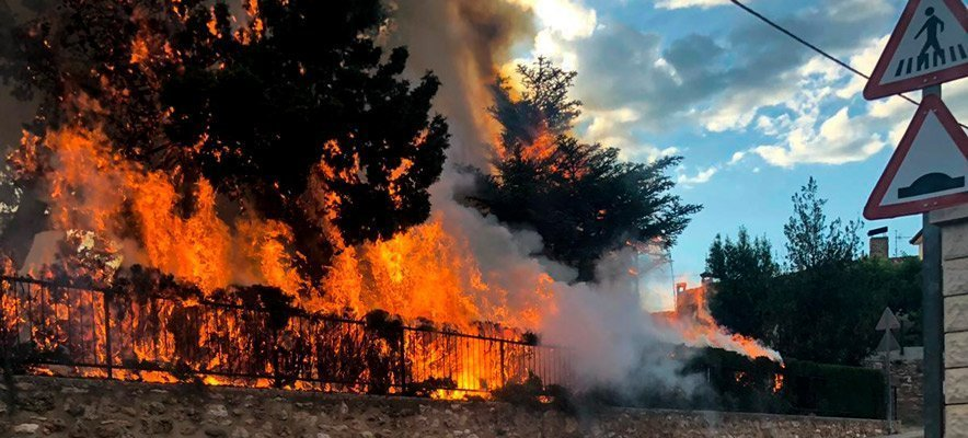 Los bomberos apagan el fuego de una ambulancia en Viver