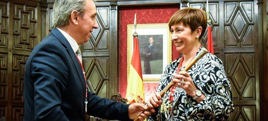 Rafael Magdalena entrega el bastón de mando a Mari Carmen Climent