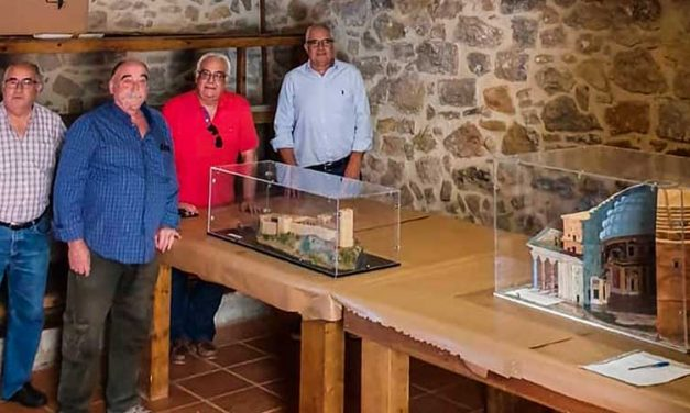 Joaquín Pérez  dona una maqueta a la Asociación Castillo de Almonecir