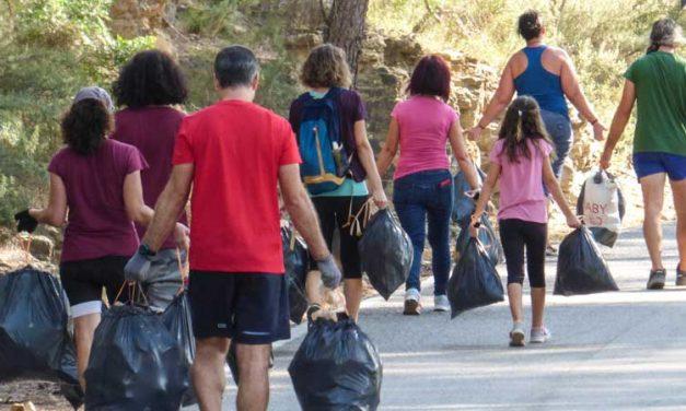 Voluntarios de Rodamons recogen basura del pantano del Regajo