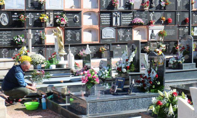Calor, flores y recuerdo a los difuntos en los cementerios por Todos los Santos