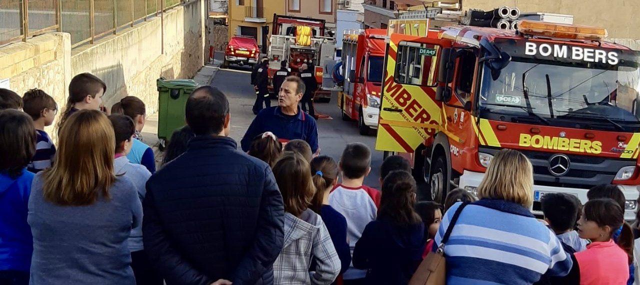 Los Bomberos hacen un simulacro de evacuación en el colegio de Soneja
