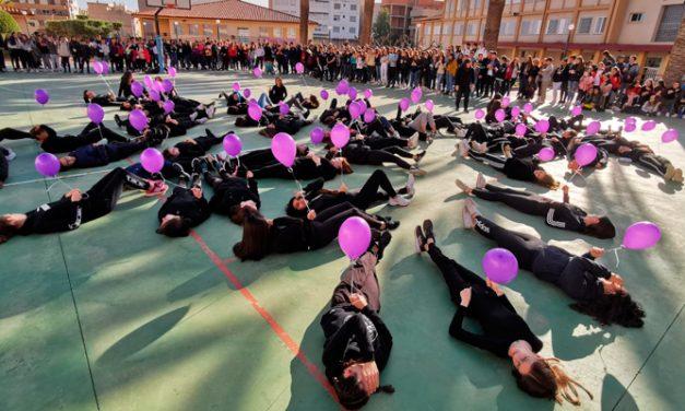Globos al cielo en recuerdo de las víctimas de violencia de género