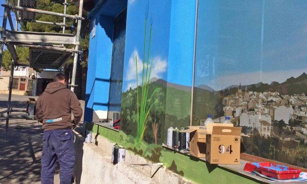 Un mural de Navajas da la bienvenida al Salto de la Novia