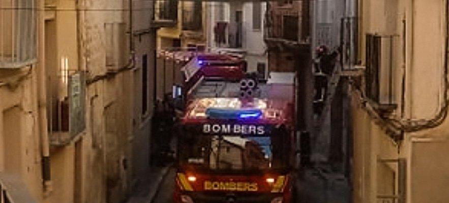 Los bomberos desmontan en Segorbe un balcón con peligro de caída