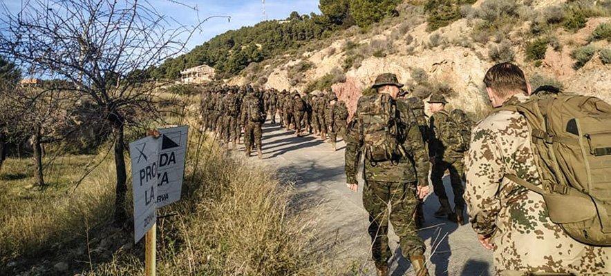 200 militares de Bétera suben andando a la Cueva Santa