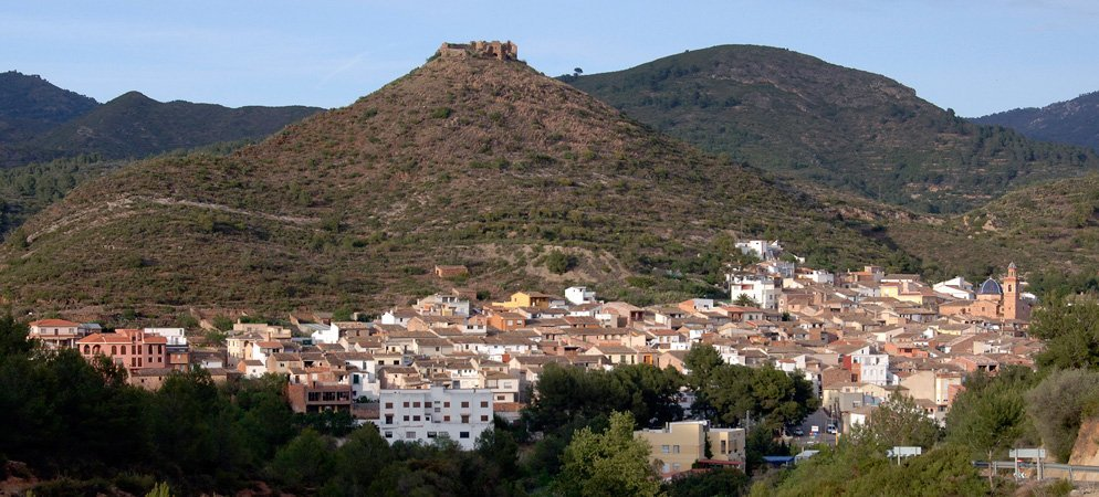 El desinterés y la lluvia hacen caer la torre del castillo de Azuébar