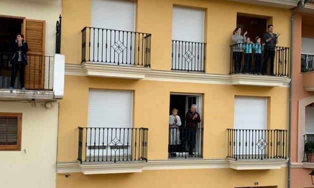 Las quedadas en los balcones son más luminosas y esperanzadas