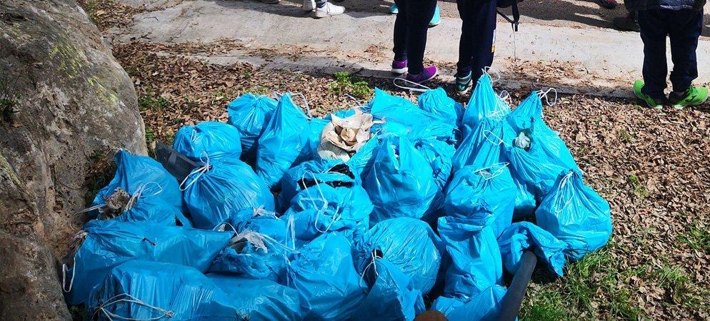 Los vecinos de Navajas retiran basuras de varios parajes naturales