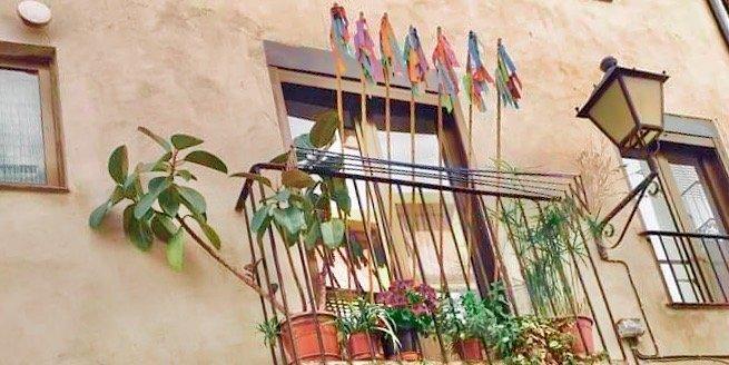 Los vecinos de Navajas sacan más de 400 cañas a los balcones