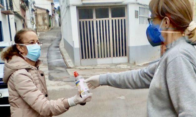 Geldo reparte gratis a los vecinos botellas de hidrogel desinfectante