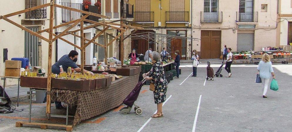 Reabre el Mercado del Jueves con una decena de puestos y poco público