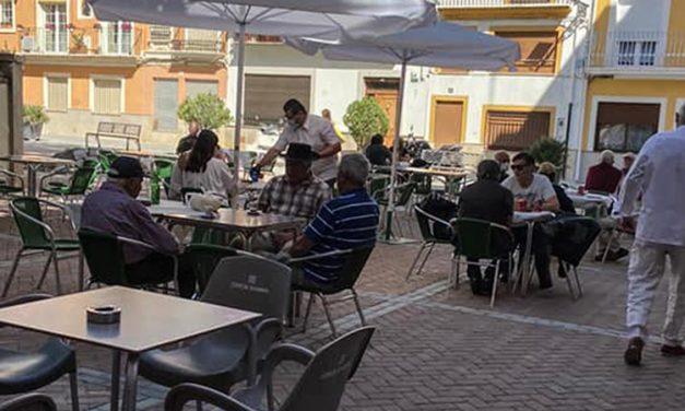 Navajas suprime el pago de terrazas y estrena pavimento en la plaza del Olmo