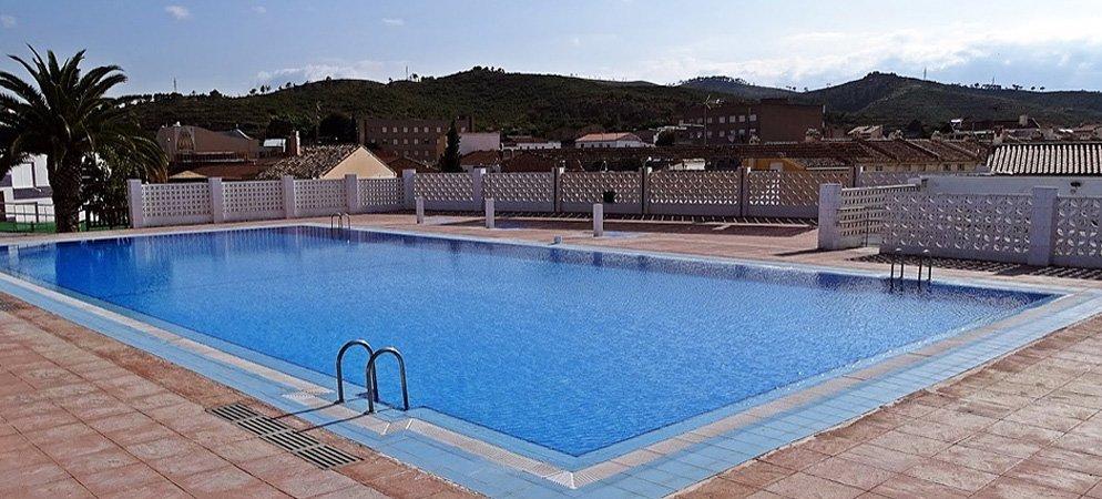 Soneja prepara la apertura de su piscina
