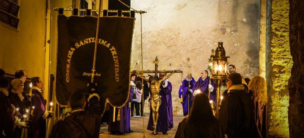 La cofrades de la Santísima Trinidad colgarán «guiones» en los balcones