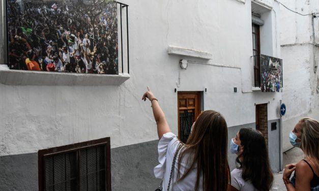 Grandes fotografías de las fiestas de Segorbe «cuelgan» de balcones y farolas