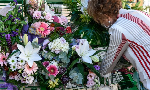 Los segorbinos ofrecen flores a la Cueva Santa