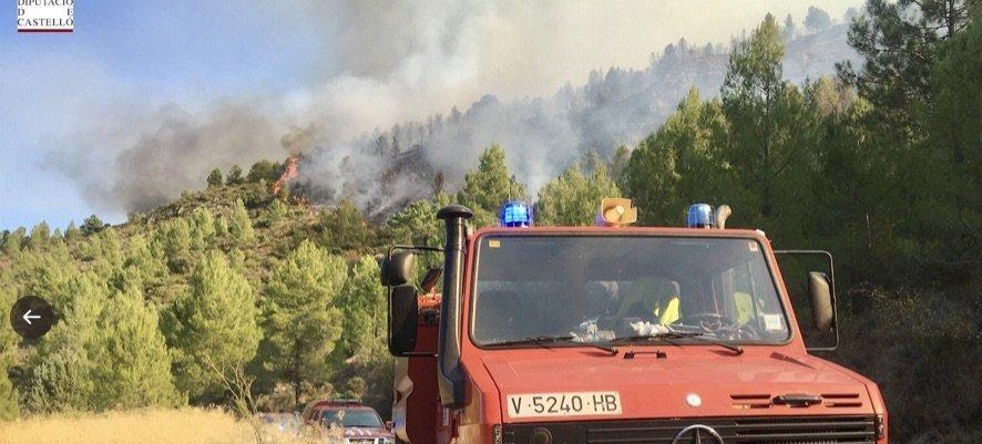 Los vecinos de Arteas son desalojados por el incendio para evitar riesgos