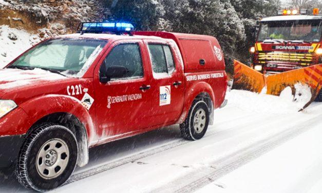 Cortan la carretera de la Cueva Santa y rescatan a 5 personas en la de Almedíjar