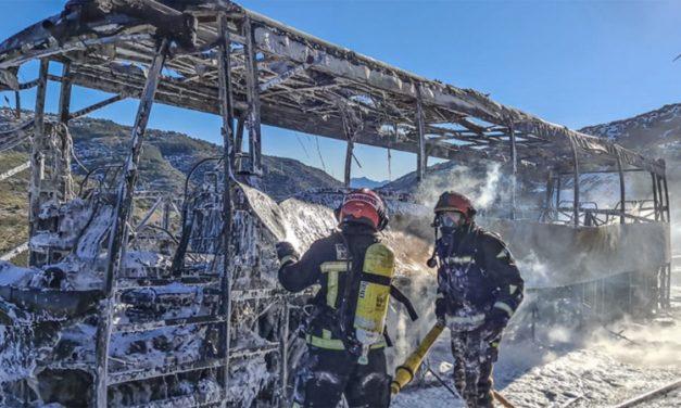 54 pasajeros son evacuados de un autobús calcinado en Barracas