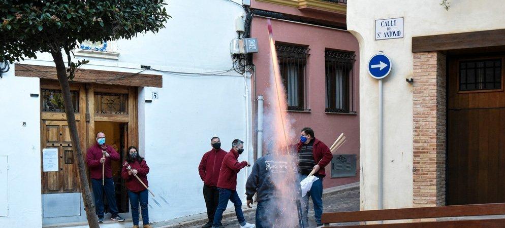 La asociación de San Antón dispara cohetes en honor al Santo