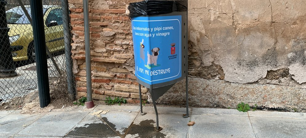 El Ayuntamiento pide que los perros no meen las esquinas, farolas y papeleras