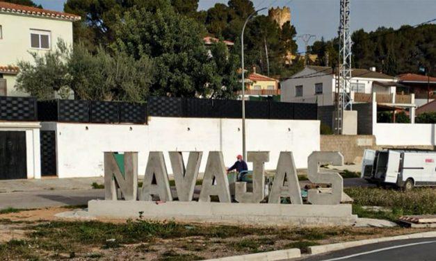 Colocan el nombre de Navajas con letras de hormigón en la CV-213